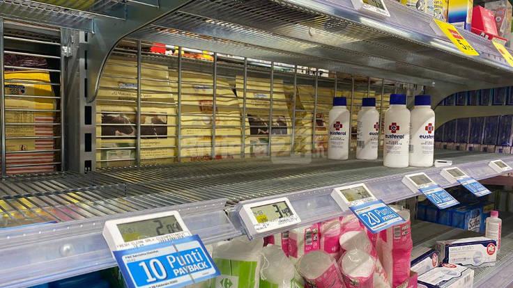 Scaffali vuoti a un supermercato