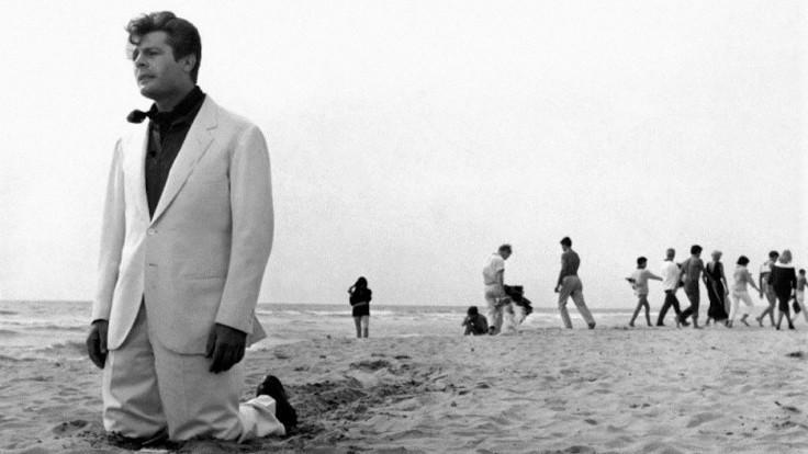 Marcello Mastroianni in una scena tratta da La dolce vita