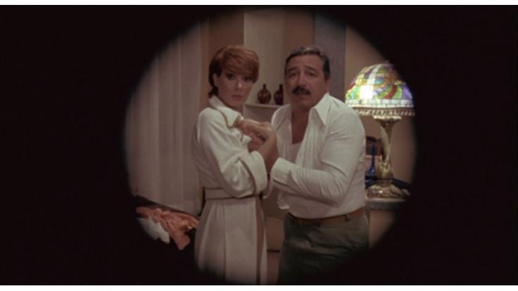 Renzo Montagnani ed Edwige Fenech in una scena di L'insegnante viene a casa