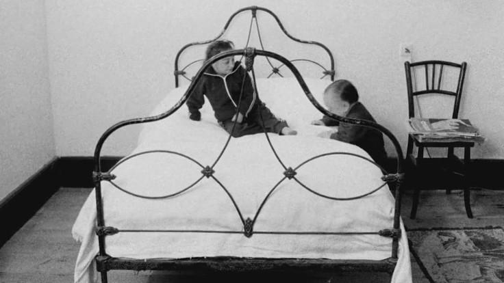 Hombre tenta invano di salire sul letto, in una scena tratta da Anche i nani hanno cominciato da piccoli