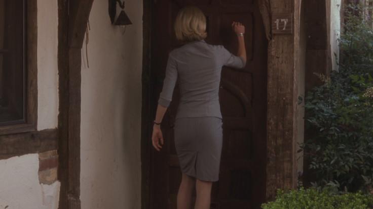 Betty bussa alla porta dell'appartamento di Sierra Bonita